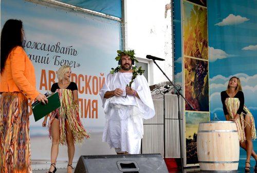 Бог виноградарства и виноделия на Фестивале Лоза и Муза